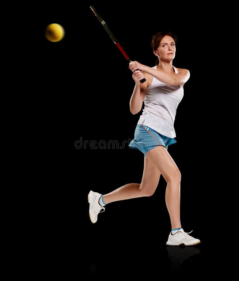 演奏网球妇女 免版税图库摄影