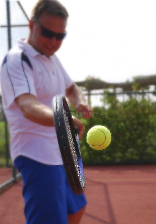 演奏网球年轻人的人 免版税库存照片