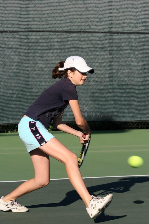 演奏网球年轻人的女孩 免版税库存图片
