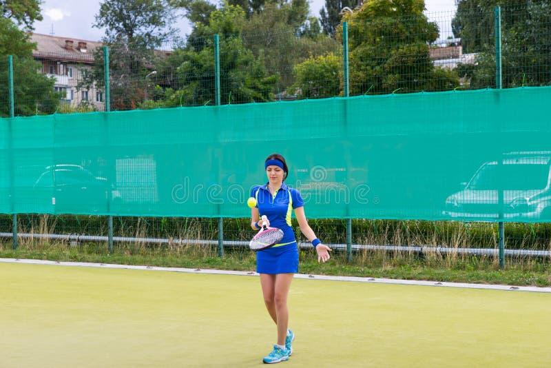 演奏网球年轻人的女孩 库存照片