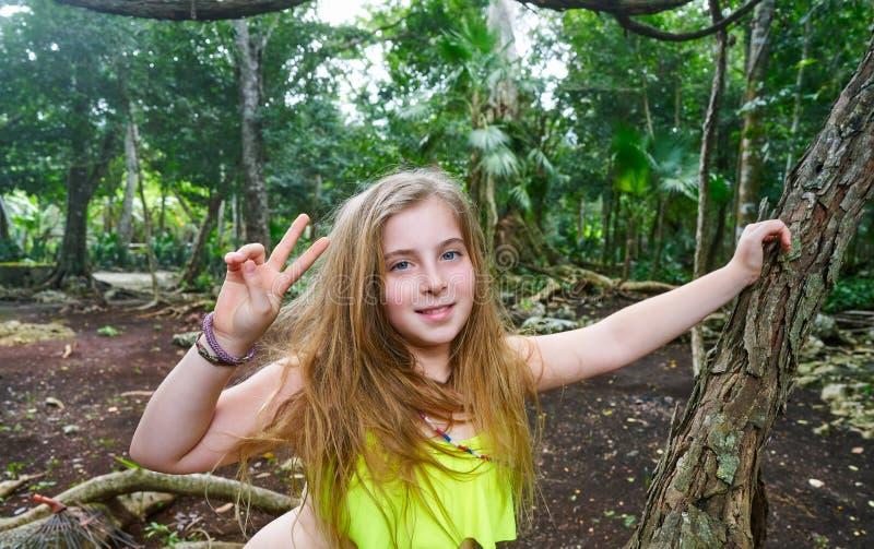 演奏胜利的白种人女孩签到密林 库存图片
