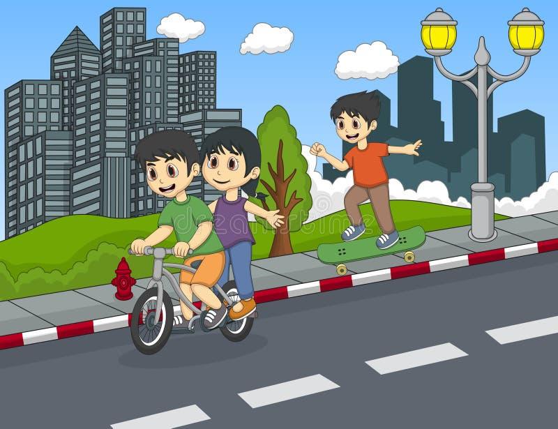 演奏自行车和滑板在街道动画片的孩子 向量例证