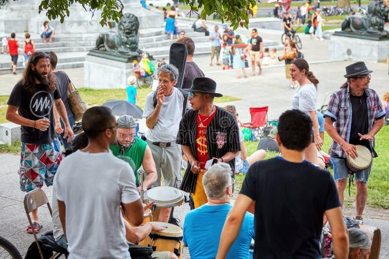 演奏节奏的小组非裔美国人,拉丁和白种人鼓手和打击乐演奏者在Tam Tams节日 库存照片