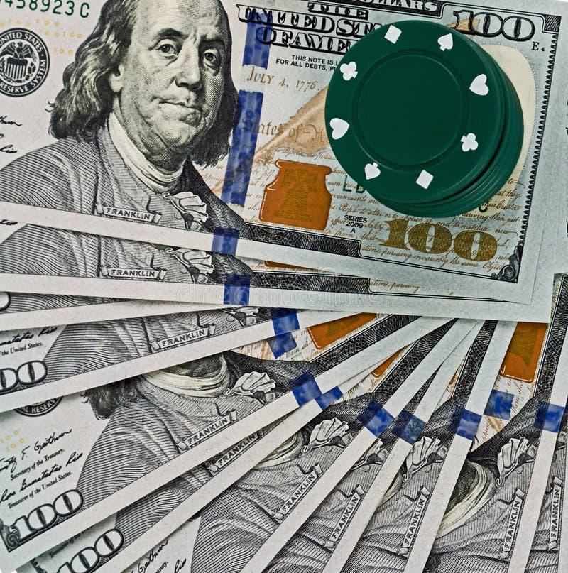 演奏芯片美金背景的网上赌博娱乐场 库存图片