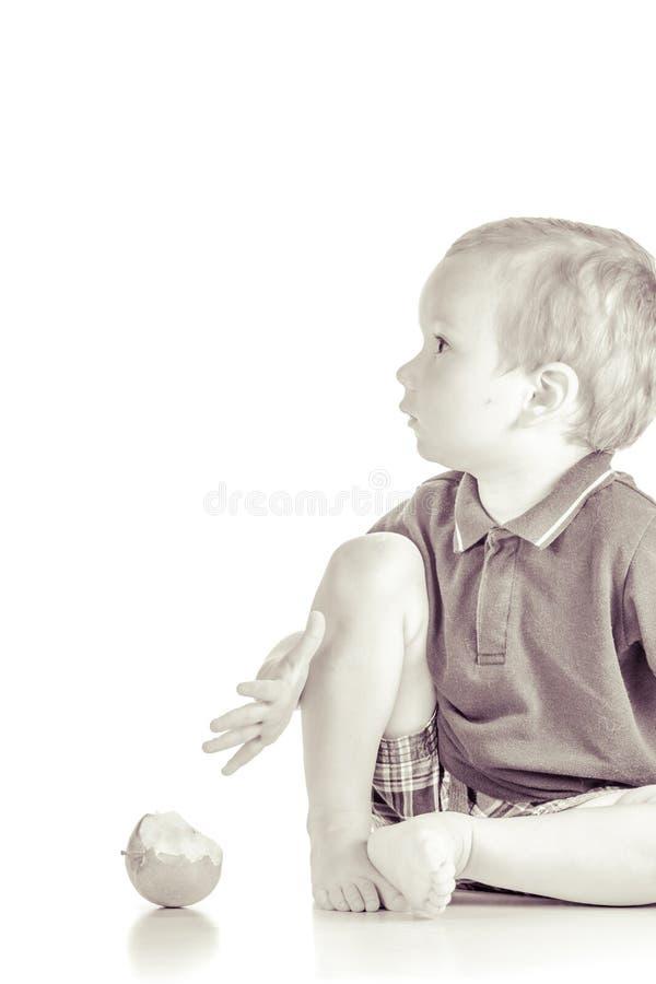 演奏苹果的男婴 免版税图库摄影