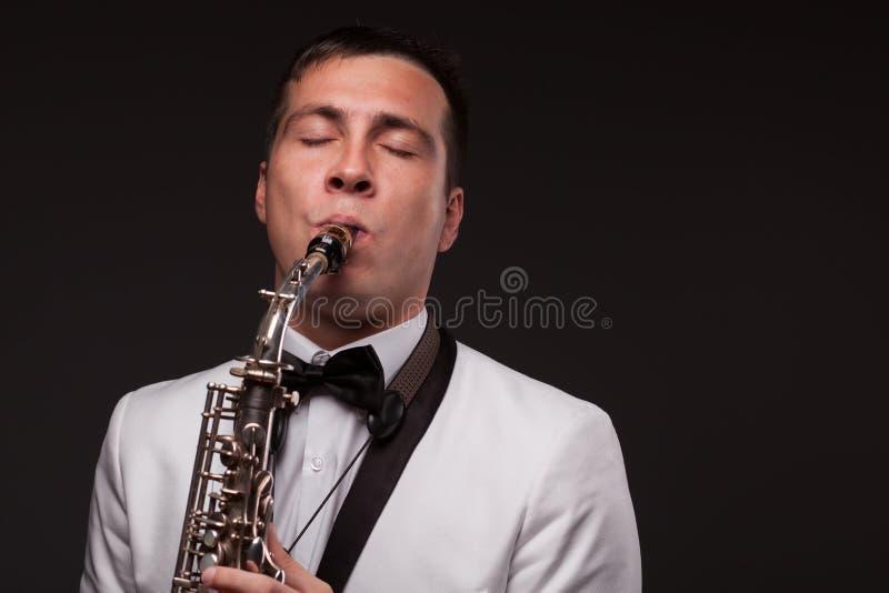 演奏萨克斯管吹奏者特写镜头  免版税库存图片