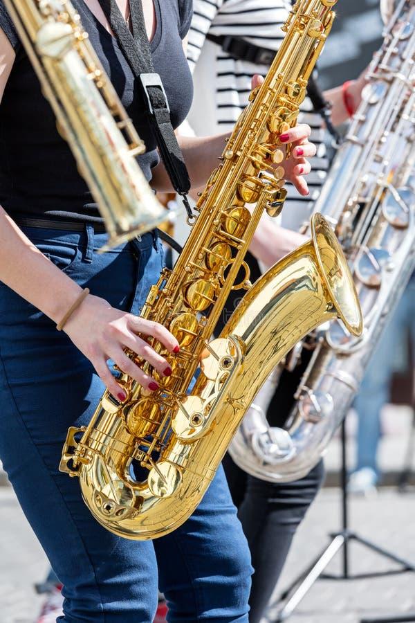 演奏萨克斯管的年轻音乐家四重唱在街道performan期间 免版税库存图片