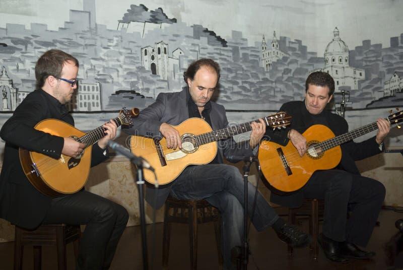演奏葡萄牙传统的忧伤吉他 图库摄影
