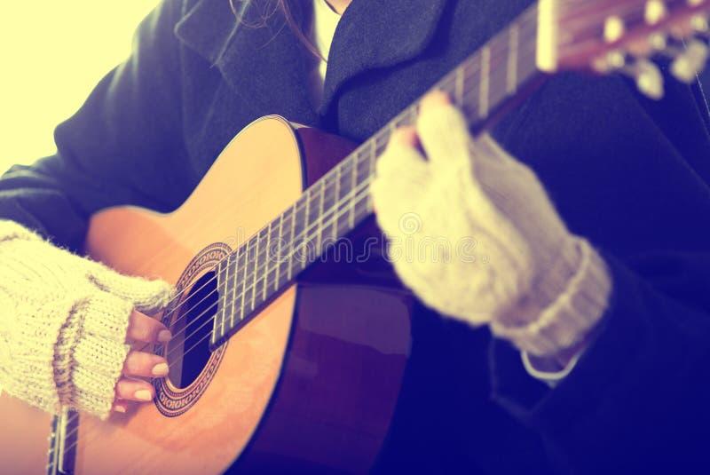 演奏街道的吉他音乐家 免版税库存照片