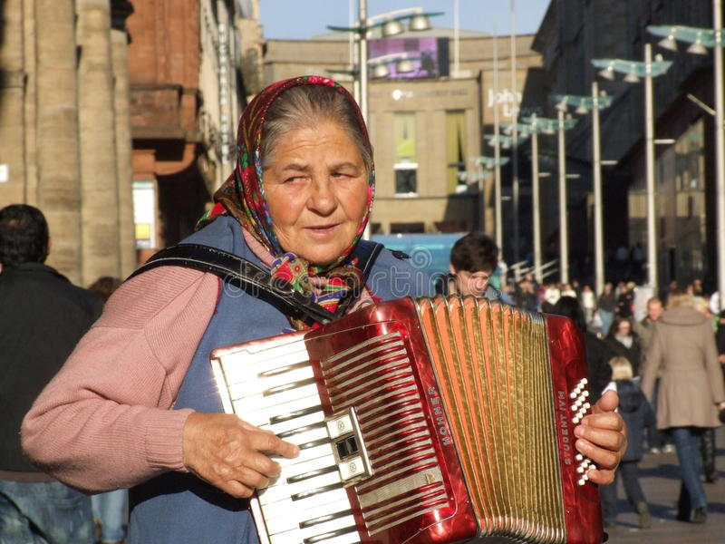演奏街道的手风琴音乐家 免版税库存照片