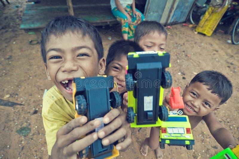 演奏贫寒的柬埔寨孩子 免版税库存照片