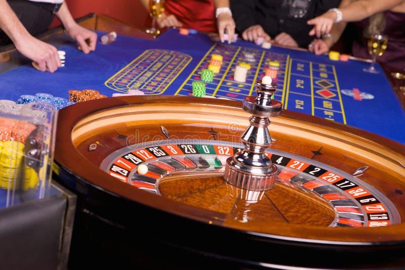 演奏轮盘赌的娱乐场人 免版税库存照片