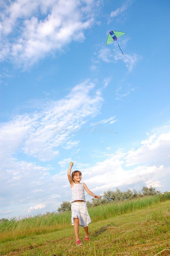 演奏运行的女孩风筝 库存图片
