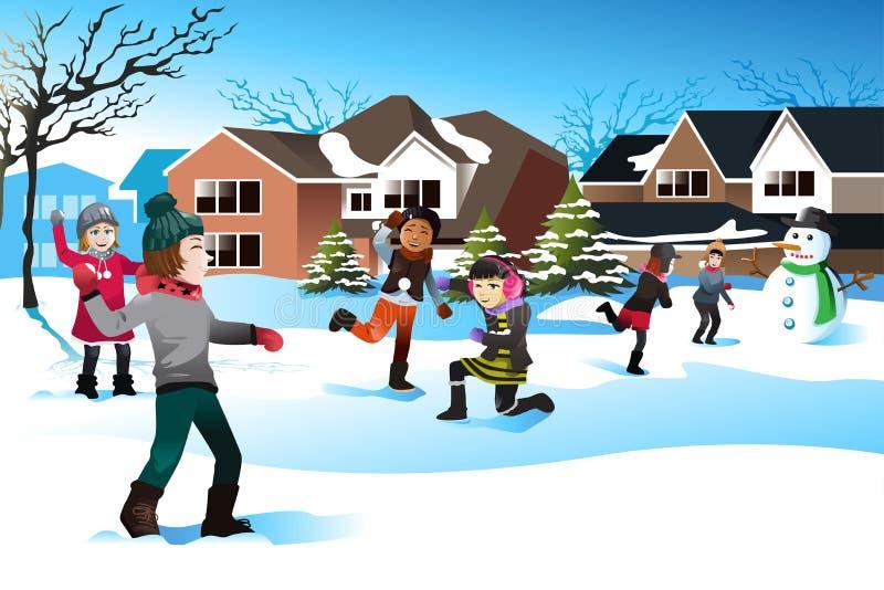 演奏雪球战斗的孩子 向量例证