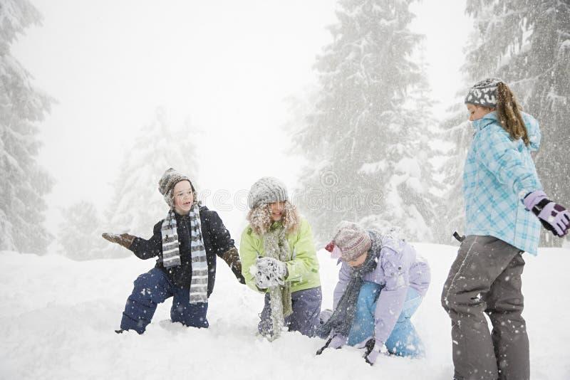 Download 演奏雪的子项 库存照片. 图片 包括有 女孩, 人们, 欢乐, 帽子, 子项, 卷曲, 冷杉, 逗人喜爱 - 62534728