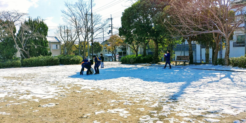 演奏雪,在它结束前 库存图片