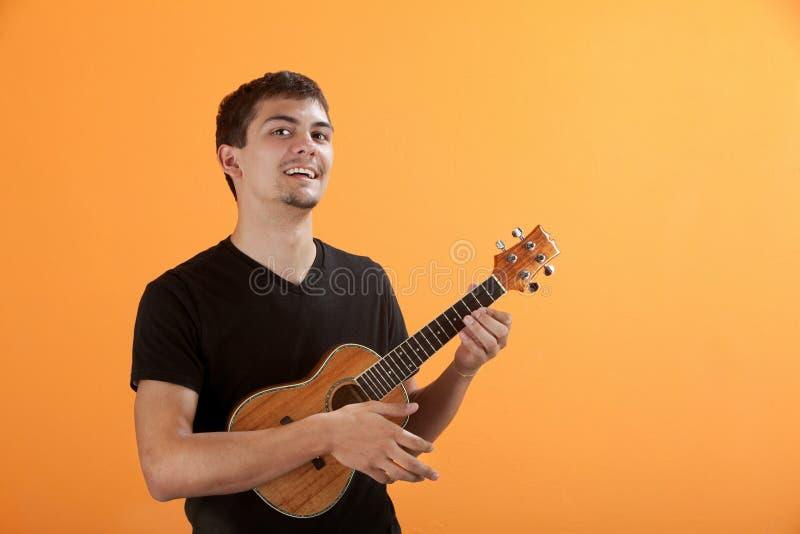 演奏青少年的尤克里里琴 免版税图库摄影
