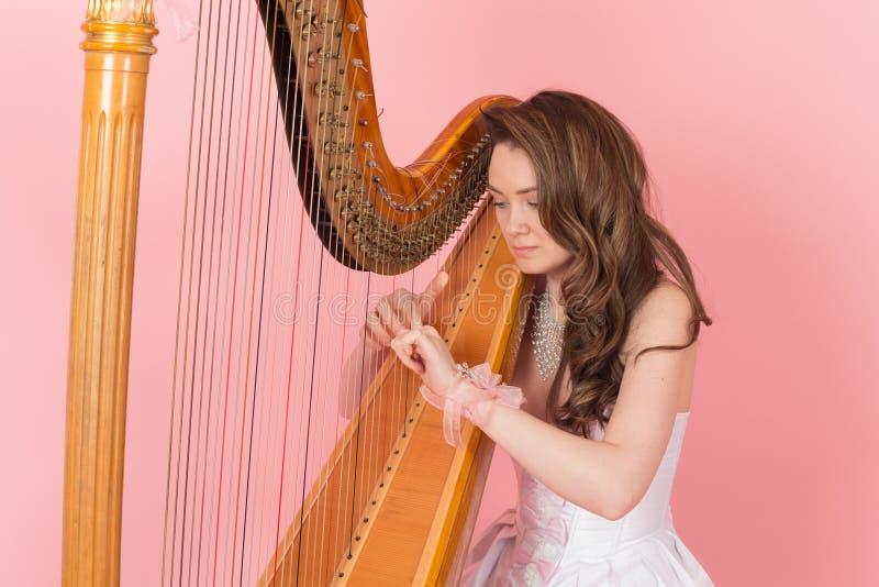 演奏音乐的女孩的画象 免版税库存照片