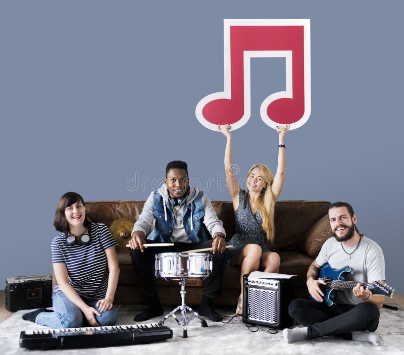演奏音乐的小组不同的人民 免版税库存图片