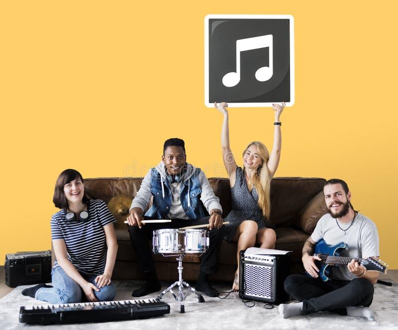 演奏音乐的小组不同的人民 免版税库存照片