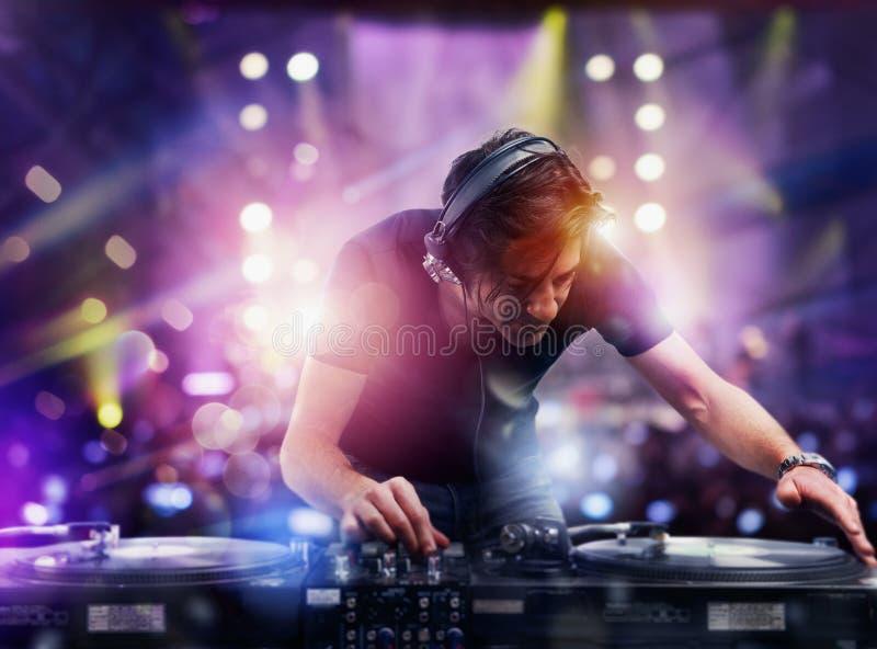 演奏音乐的DJ在迪斯科舞厅 库存照片