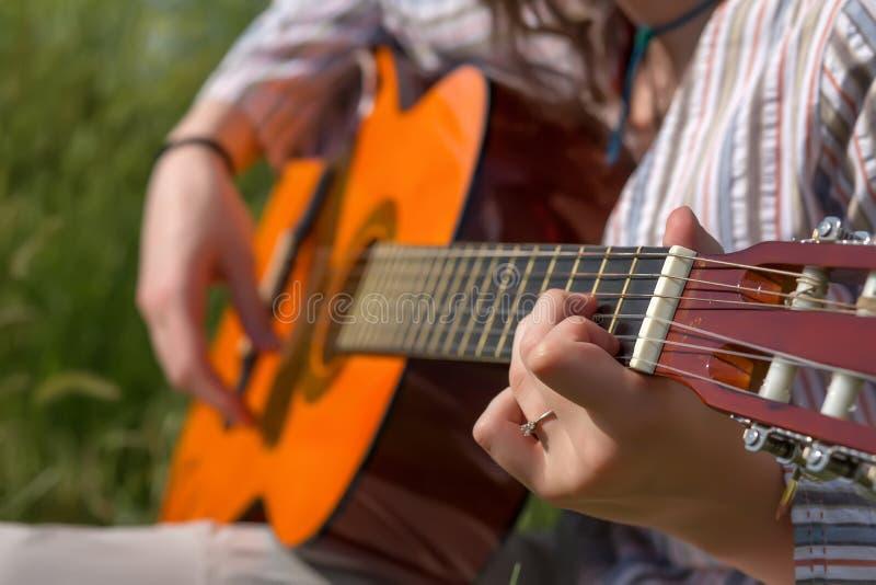 演奏顾的女性音乐家的手 库存图片