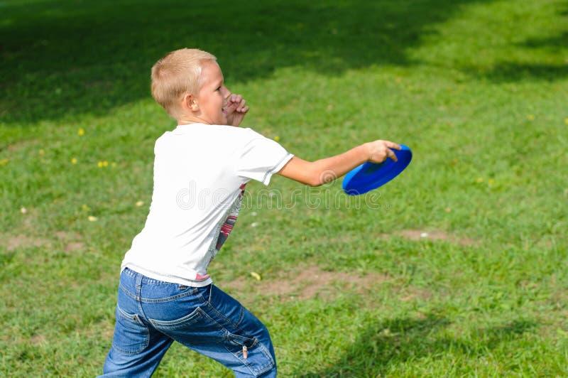 演奏飞碟的小男孩 库存照片