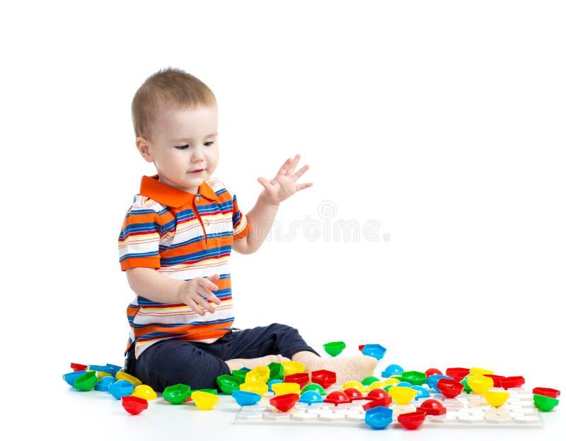 演奏马赛克玩具的孩子 库存照片