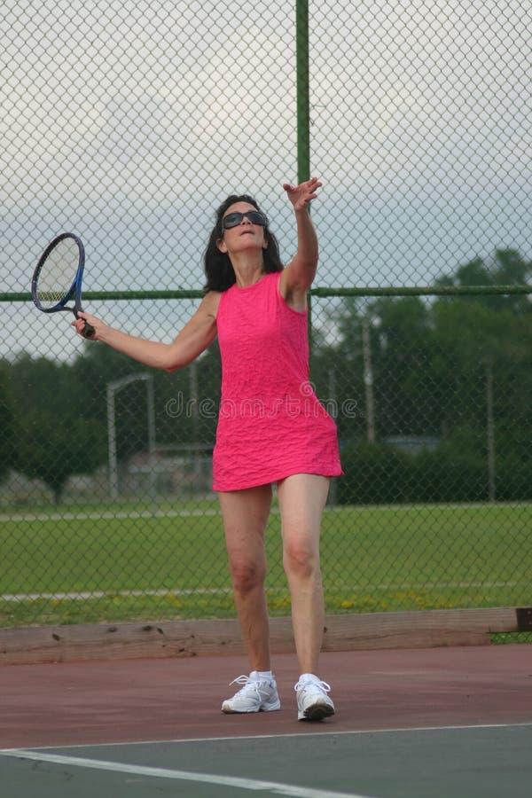 演奏高级网球妇女 库存照片