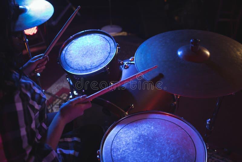 演奏鼓成套工具的鼓手在夜总会 免版税图库摄影