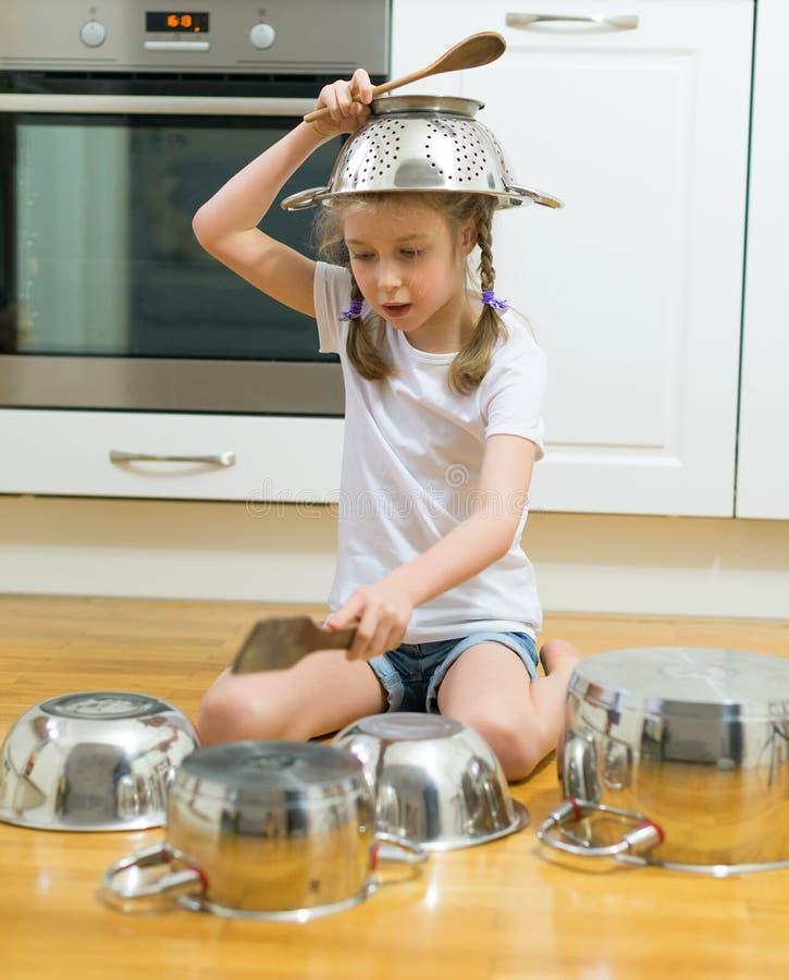 演奏鼓的小女孩 库存照片