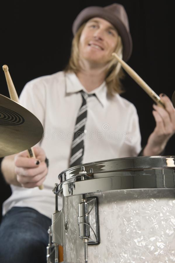 演奏鼓的愉快的鼓手 免版税库存图片