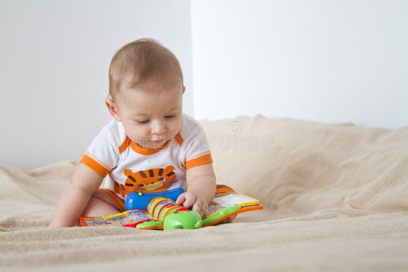 演奏婴孩 免版税库存照片