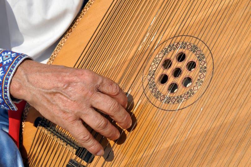 演奏bandura的种族音乐家 库存照片