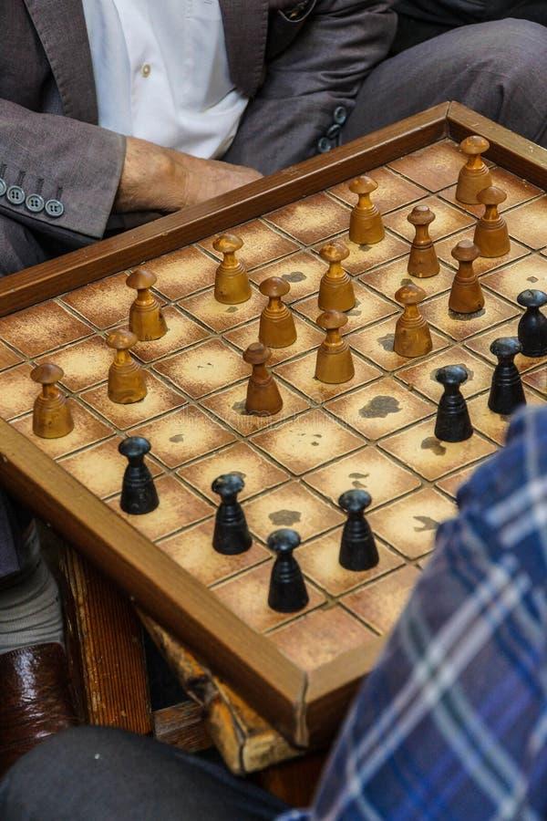 演奏boardgames的人 免版税库存图片