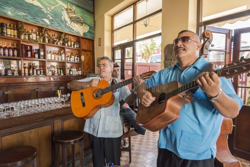 演奏Cojimar古巴的带 免版税库存图片