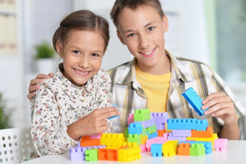 演奏lego的兄弟姐妹 库存照片