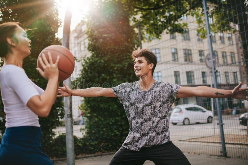 演奏streetball的少年朋友互相反对 免版税库存照片