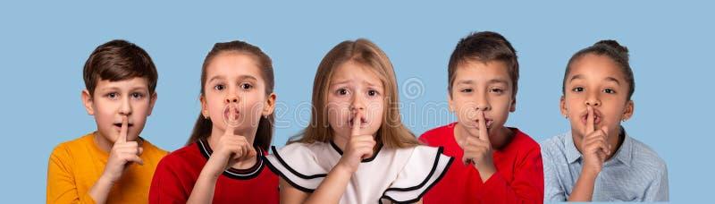 演播室不同种族的小组情感画象拼贴画schoolchilds,在蓝色背景 库存图片