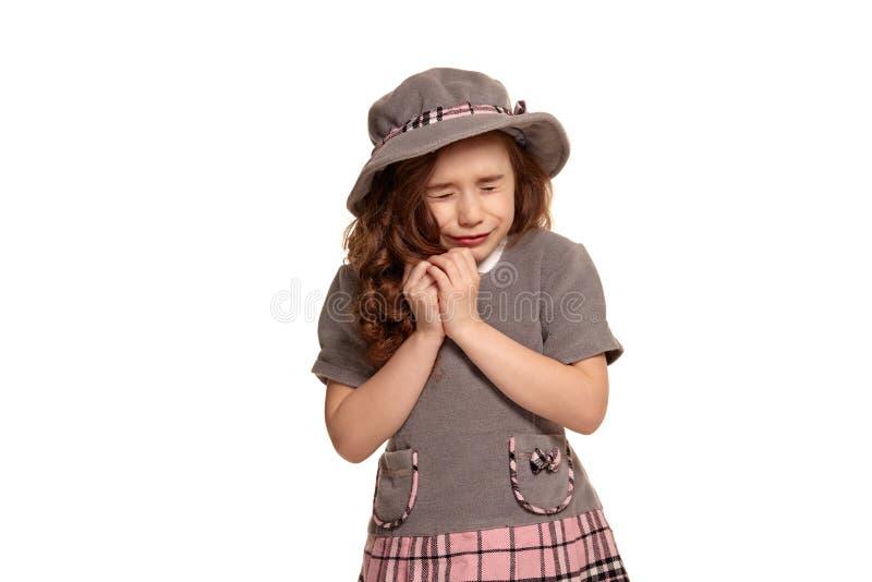演播室在白色背景有一长,卷发摆在的一个可爱的小孩隔绝的被射击  库存照片