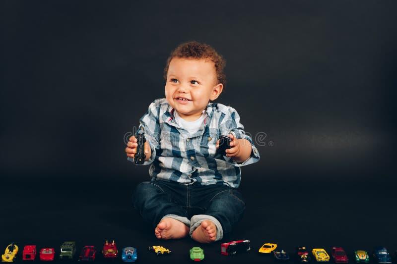 演播室射击了可爱的非洲人9-12月大男婴 库存图片