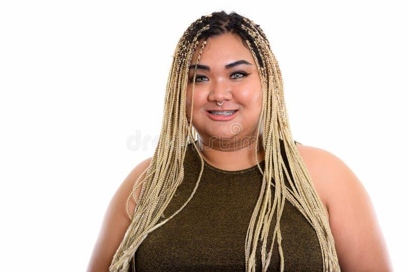 演播室射击了年轻愉快肥胖亚洲妇女微笑 免版税库存图片