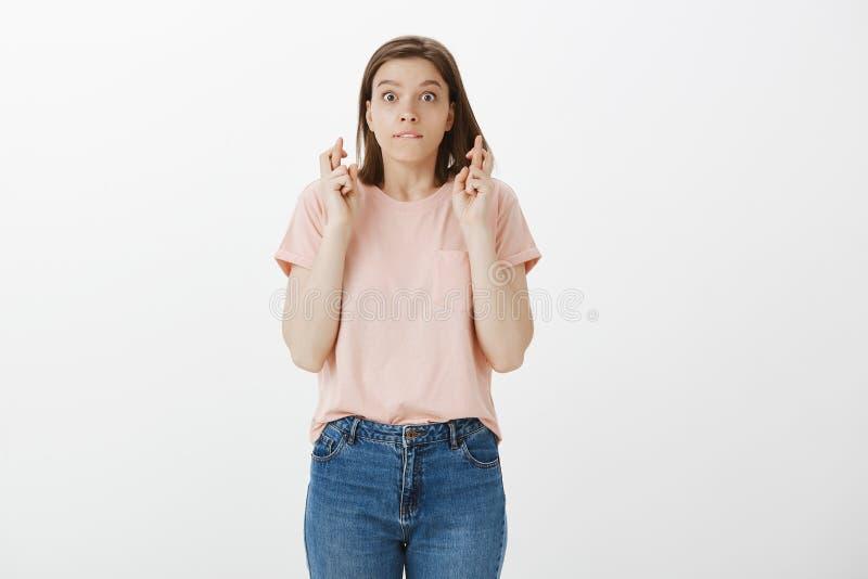 演播室射击了桃红色T恤杉,尖酸的嘴唇和凝视的可爱的感情年轻欧洲女孩与流行的眼睛在照相机 库存照片