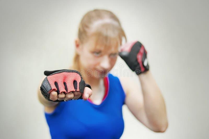 演播室射击了美好的健身妇女训练拳击或功能锻炼 女孩显示拳头训练混战 妇女` s 库存照片