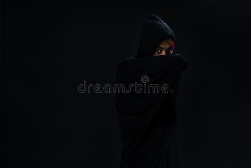 演播室射击了黑盖子的年轻亚裔男孩cosplay对德雷库拉ho 免版税库存图片