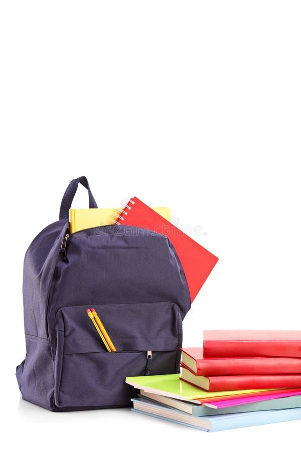 演播室射击了有书和笔记本的一个学校背包 库存照片