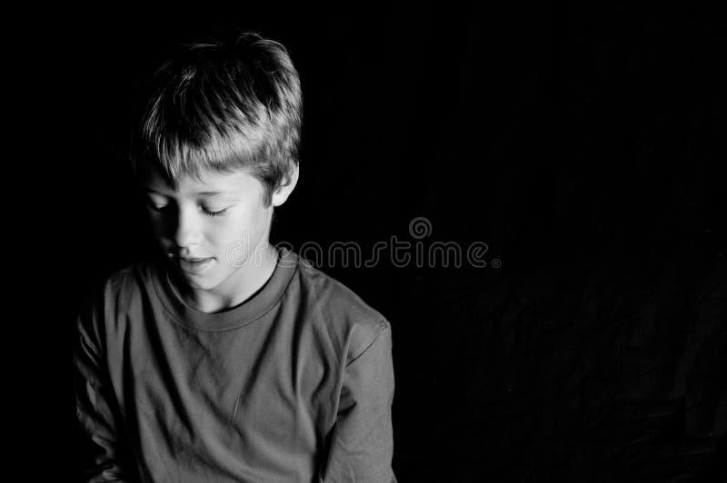 演播室射击了黑背景的年轻男孩 免版税库存图片
