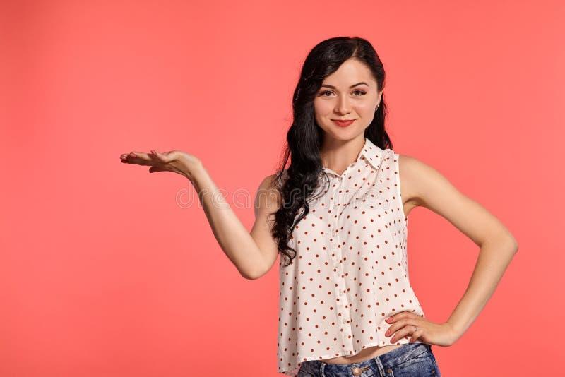 演播室摆在桃红色背景的射击了美女少年 库存图片