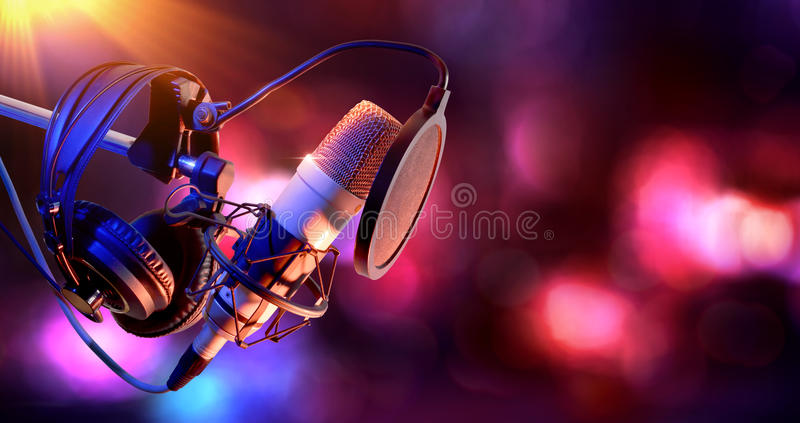演播室电容传声器和设备活录音 免版税图库摄影