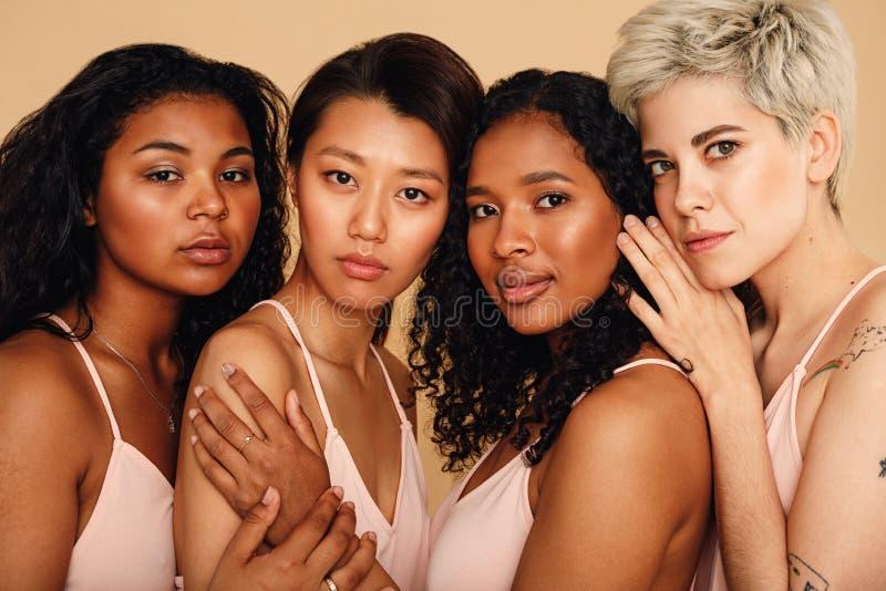 演播室画象四名妇女 免版税库存图片
